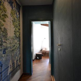 Ejemplo de dormitorio principal, contemporáneo, pequeño, con suelo de madera oscura, chimeneas suspendidas, marco de chimenea de yeso y paredes verdes