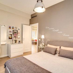 Ispirazione per una piccola camera matrimoniale eclettica con pareti grigie, parquet chiaro e pavimento beige