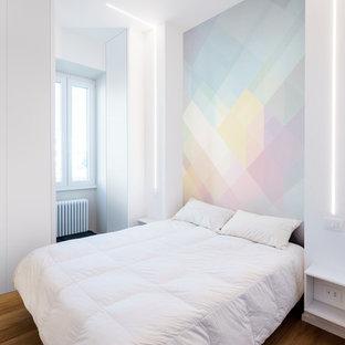 Foto di una camera padronale design di medie dimensioni con pareti multicolore e pavimento in legno massello medio