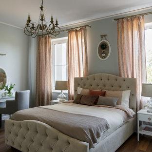 Foto de dormitorio principal, de estilo de casa de campo, de tamaño medio, con paredes azules, suelo vinílico y suelo marrón