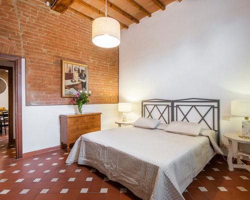 Camera da letto in campagna con pareti rosse - Foto e Idee per Arredare