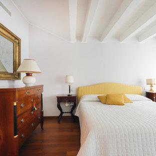 Esempio di una camera matrimoniale design con pareti bianche e pavimento in legno massello medio