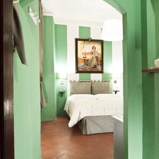Diseño de dormitorio principal, actual, pequeño, con paredes verdes, suelo de baldosas de terracota y suelo naranja