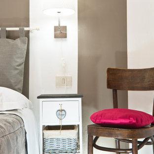 Inspiration pour une petite chambre parentale minimaliste avec un mur blanc, un sol en carreau de terre cuite et un sol orange.