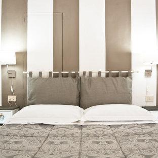Diseño de dormitorio principal, minimalista, pequeño, con paredes blancas, suelo de baldosas de terracota y suelo naranja
