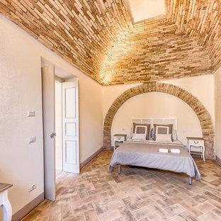 Foto de dormitorio principal, mediterráneo, de tamaño medio, con paredes beige y suelo de baldosas de terracota