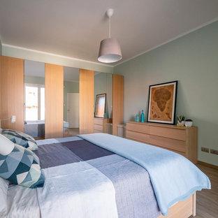 Mittelgroßes Nordisches Hauptschlafzimmer mit blauer Wandfarbe, Porzellan-Bodenfliesen und beigem Boden in Mailand