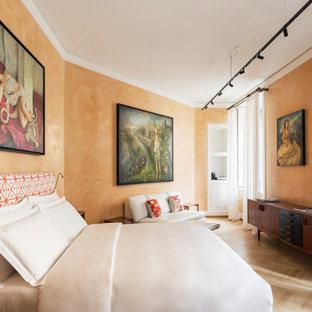 Ejemplo de dormitorio principal, minimalista, grande, con parades naranjas