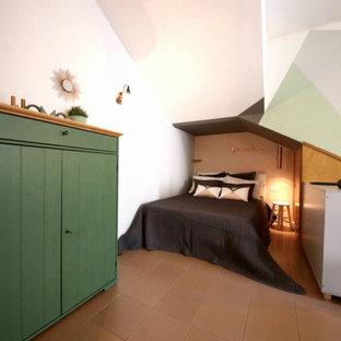 Foto de dormitorio tipo loft, escandinavo, pequeño, con paredes multicolor, suelo de baldosas de porcelana y suelo rosa