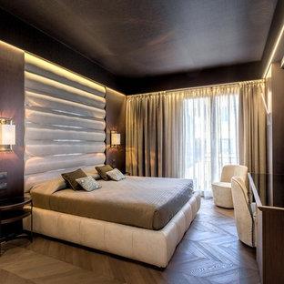 Idee per una camera matrimoniale contemporanea di medie dimensioni con pareti marroni e pavimento in legno massello medio