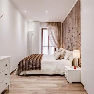 На фото: маленькая гостевая спальня в современном стиле с коричневыми стенами, светлым паркетным полом и коричневым полом с