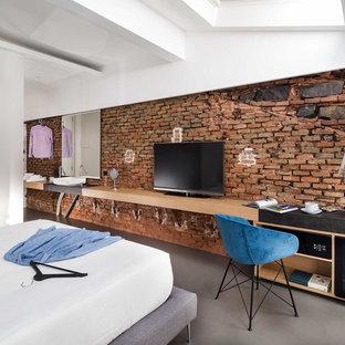 Esempio di una camera matrimoniale contemporanea con pareti marroni e pavimento grigio