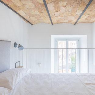 Diseño de dormitorio tipo loft, minimalista, pequeño, con paredes blancas, tatami y suelo beige