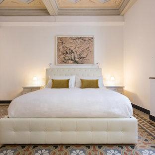 Foto di una camera matrimoniale mediterranea di medie dimensioni con pareti bianche, pavimento con piastrelle in ceramica, nessun camino e pavimento multicolore