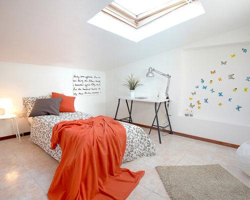 Camera da letto con pavimento con piastrelle in ceramica - Foto e ...