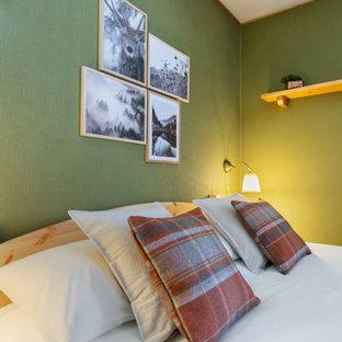 Modelo de dormitorio principal, campestre, pequeño, con paredes verdes, suelo de baldosas de terracota y suelo marrón