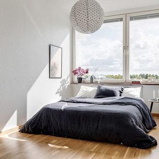 Inspiration för nordiska gästrum, med vita väggar, ljust trägolv och beiget golv