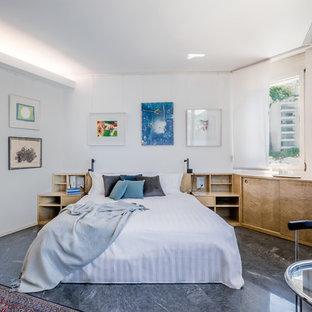 Foto di una camera matrimoniale design con pareti bianche, pavimento in marmo e pavimento grigio