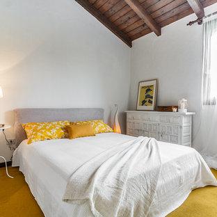 Immagine di una camera matrimoniale classica con pareti bianche e moquette
