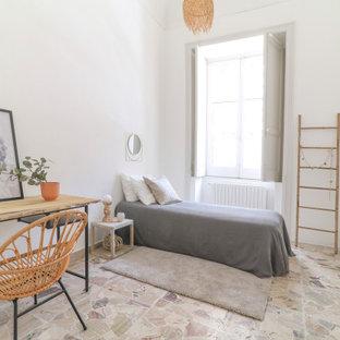 Esempio di una camera da letto costiera con pareti bianche e pavimento beige