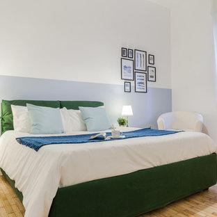 Idee per una camera matrimoniale nordica di medie dimensioni con pareti bianche, parquet chiaro e pavimento beige