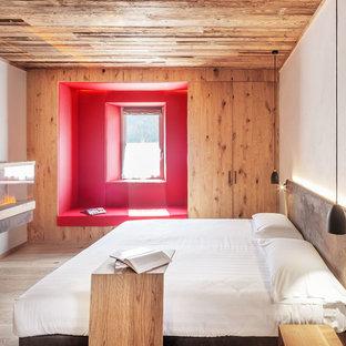 Idee per una camera da letto moderna con pareti bianche, parquet chiaro e camino classico