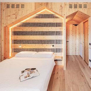 Idee per una camera da letto minimalista con pareti bianche, parquet chiaro e nessun camino