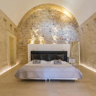 Foto di una camera matrimoniale mediterranea con pareti beige e pavimento beige