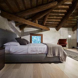 Immagine di una grande camera matrimoniale stile rurale con parquet chiaro e nessun camino