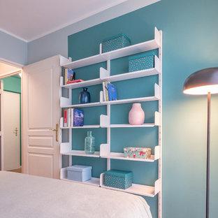 Неиссякаемый источник вдохновения для домашнего уюта: маленькая хозяйская спальня в современном стиле с зелеными стенами и полом из линолеума