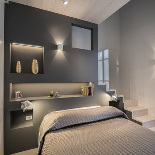 Foto di una camera da letto stile loft moderna di medie dimensioni con pareti bianche, pavimento in gres porcellanato, pavimento grigio, soffitto in legno e pannellatura