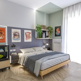 Ejemplo de dormitorio principal, industrial, grande, con paredes multicolor y suelo de madera clara