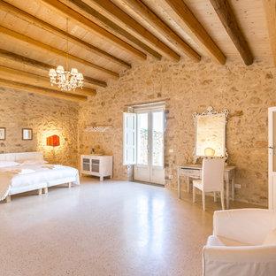 Idee per un'ampia camera matrimoniale country con pareti beige