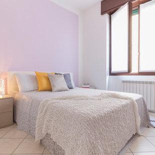 Foto di una camera degli ospiti nordica con pareti bianche e pavimento beige