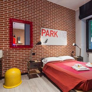 Modelo de dormitorio tipo loft, industrial, pequeño, con paredes rojas y suelo de baldosas de porcelana