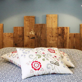 Ejemplo de dormitorio principal, de estilo de casa de campo, de tamaño medio, con suelo de baldosas de terracota, suelo naranja y paredes azules
