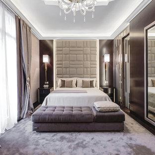 Idee per una camera da letto chic con pareti marroni, moquette e pavimento viola