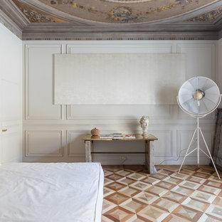 Immagine di una camera da letto chic con pareti bianche, pavimento in legno massello medio e pavimento marrone