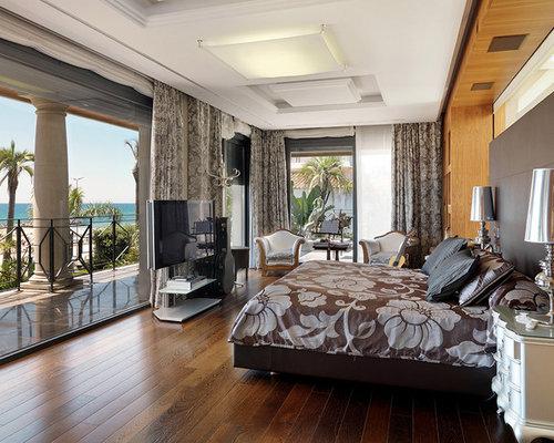 Camera da letto classica con pavimento in legno massello medio ...