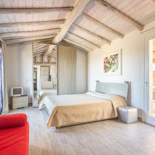 Idee per una camera da letto stile marino con pareti bianche e pavimento grigio