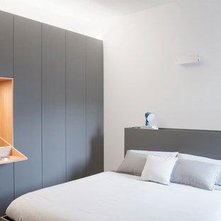 Ispirazione per una camera matrimoniale minimalista di medie dimensioni con pareti bianche, parquet chiaro e pavimento grigio