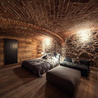 Esempio di una camera degli ospiti stile rurale di medie dimensioni con pareti marroni, parquet scuro, nessun camino e pavimento marrone