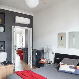 Ispirazione per una camera da letto design con pareti grigie, parquet chiaro e pavimento beige