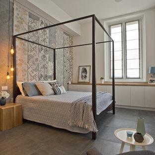 На фото: спальня среднего размера в современном стиле с полом из керамической плитки, разноцветными стенами и серым полом без камина с