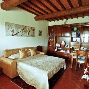 Modelo de habitación de invitados retro, de tamaño medio, con paredes blancas, suelo de ladrillo y suelo rojo