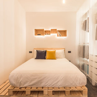 Immagine di una piccola camera degli ospiti design con pareti bianche, nessun camino e pavimento grigio