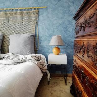 Mittelgroßes Maritimes Hauptschlafzimmer mit blauer Wandfarbe, Marmorboden und rosa Boden in Sonstige