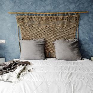 Imagen de dormitorio principal, marinero, de tamaño medio, con paredes azules, suelo de mármol y suelo rosa