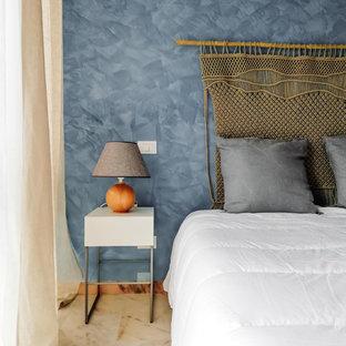 Diseño de dormitorio principal, marinero, de tamaño medio, con paredes azules, suelo de mármol y suelo rosa