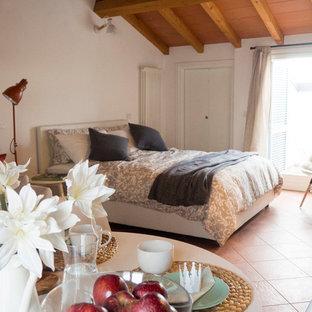 Modelo de dormitorio principal, nórdico, pequeño, con paredes blancas, suelo de baldosas de terracota y suelo rojo